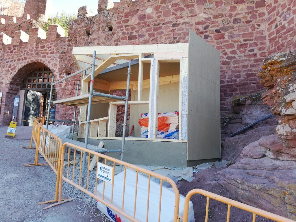 Imagen de las obras realizadas en el exterior del castillo, de lo que parece se la próxima caseta de información y venta.