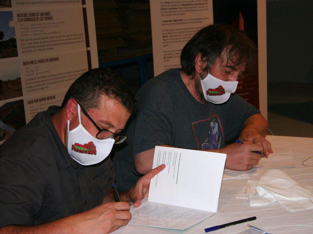 Moratha y Jesús Franco firmando ejemplares del cómic.